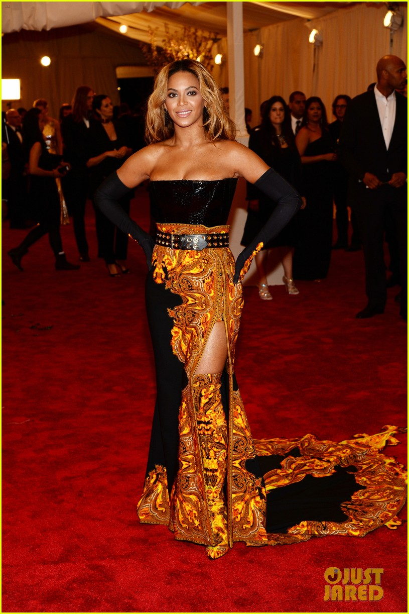 beyonce met ball 2013 red carpet with solange knowles 02