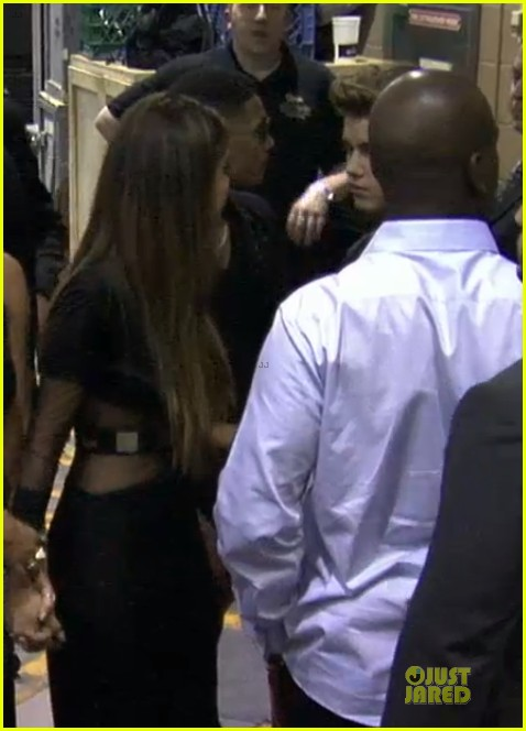 selena gomez justin bieber kiss backstage at billboard music awards 2013 03