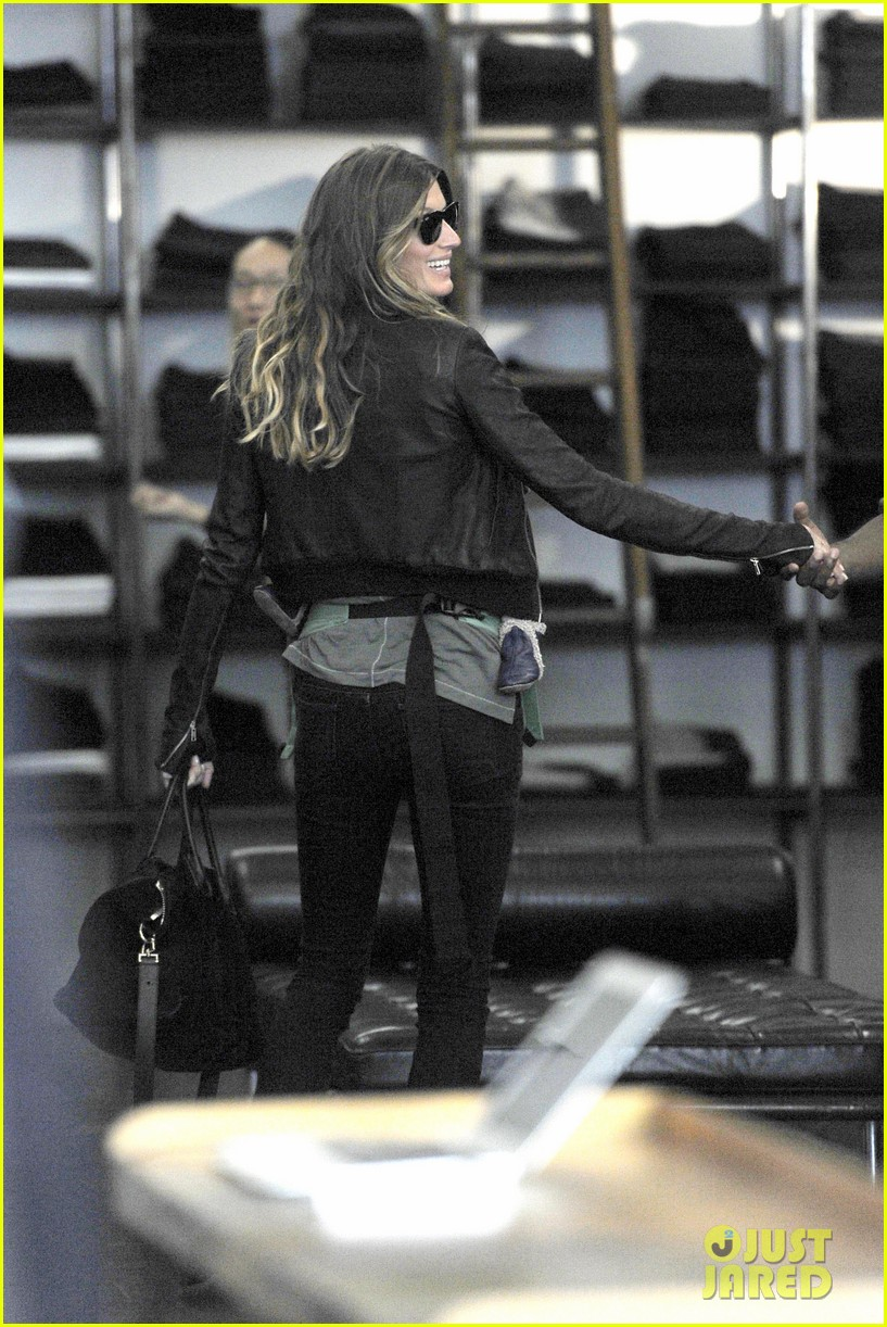 gisele bundchen cradles baby vivian in nyc 032863025