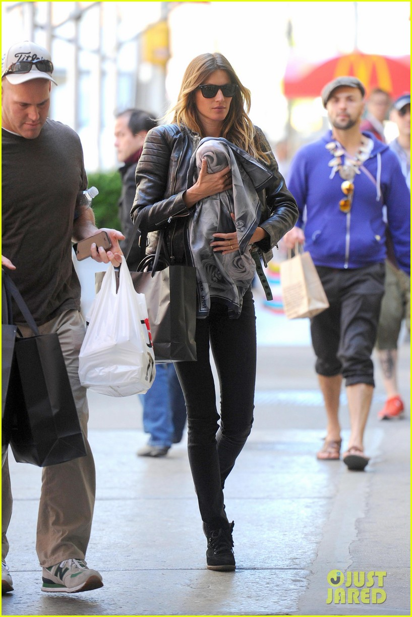 gisele bundchen cradles baby vivian in nyc 09
