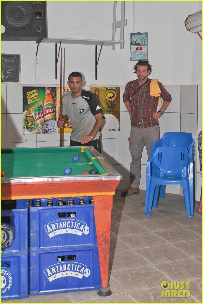 bradley cooper visits santa marta favela with ed helms 09