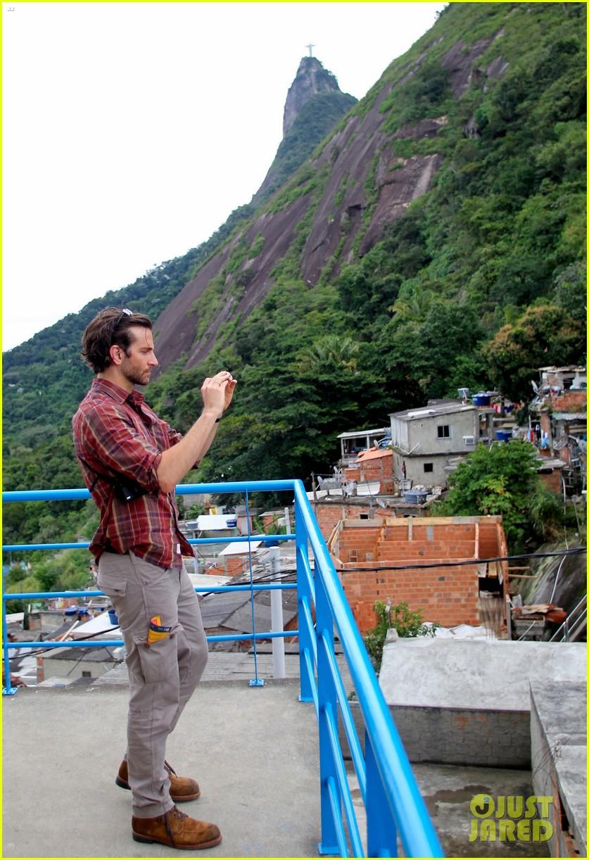 bradley cooper visits santa marta favela with ed helms 10