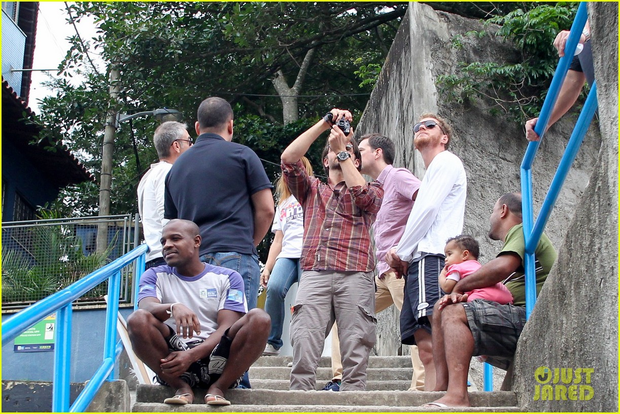 bradley cooper visits santa marta favela with ed helms 15