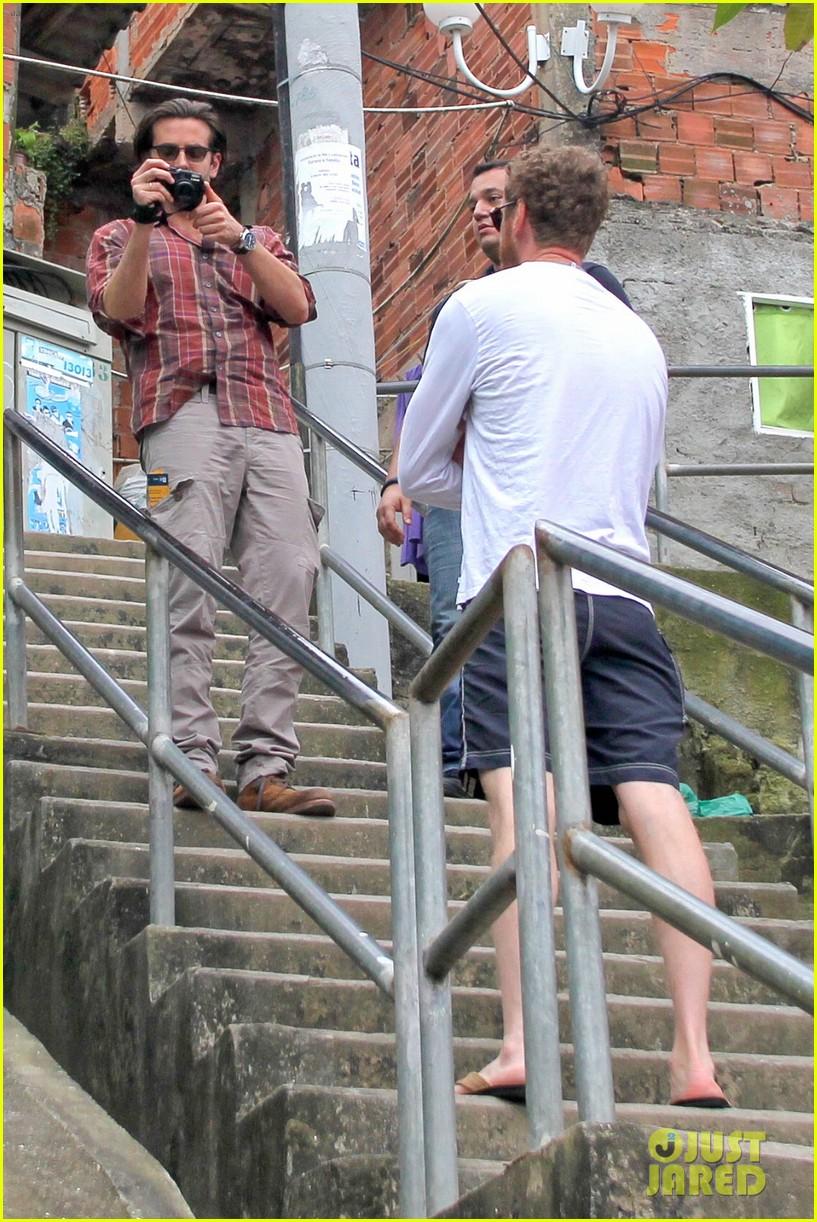 bradley cooper visits santa marta favela with ed helms 23