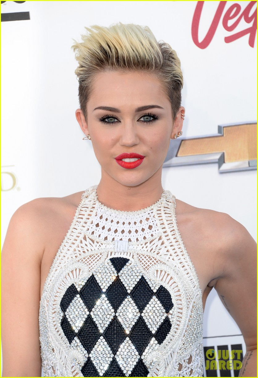 miley cyrus billboard music awards 2013 red carpet 02