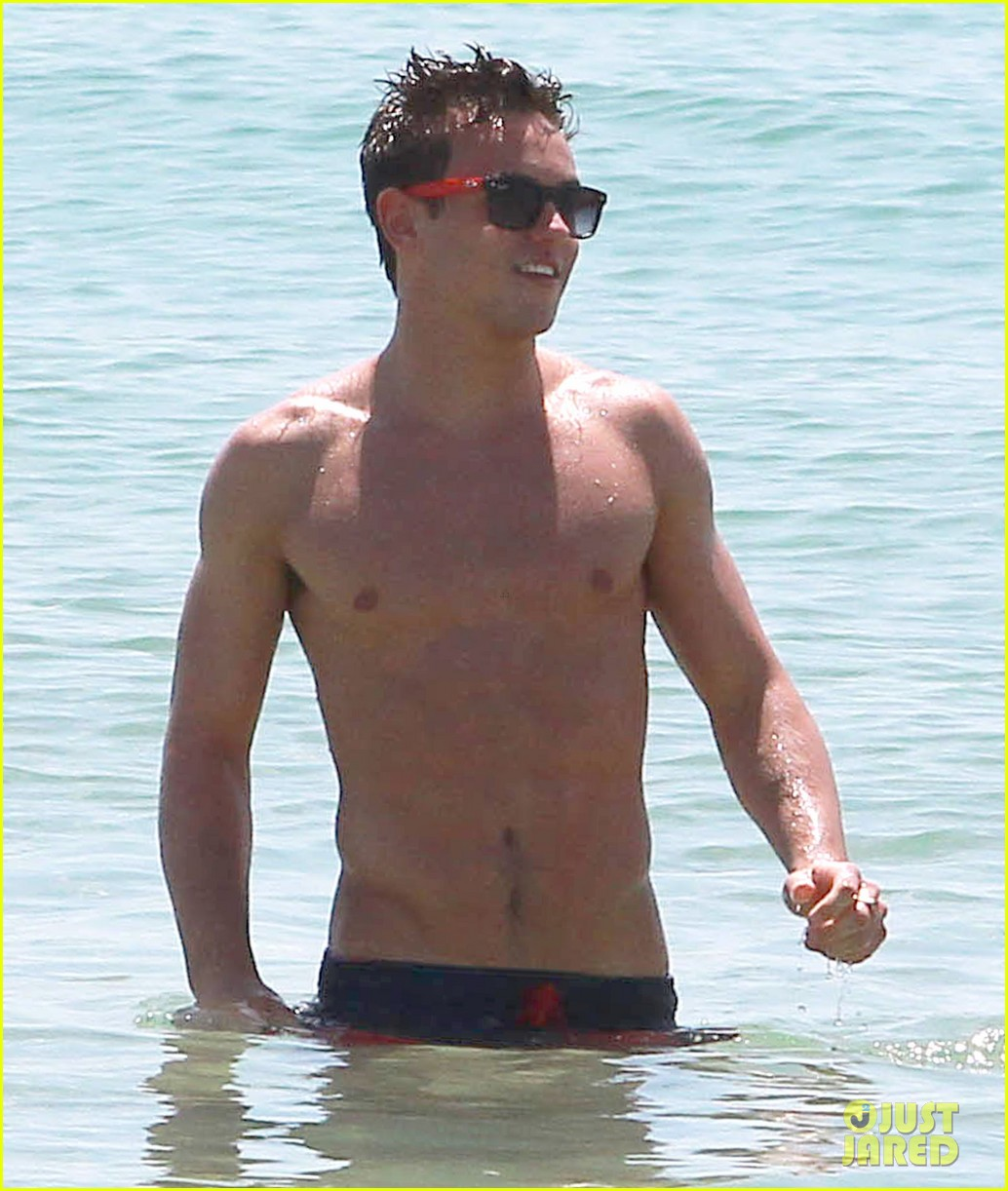 tom daley shirtless beach vacation 06