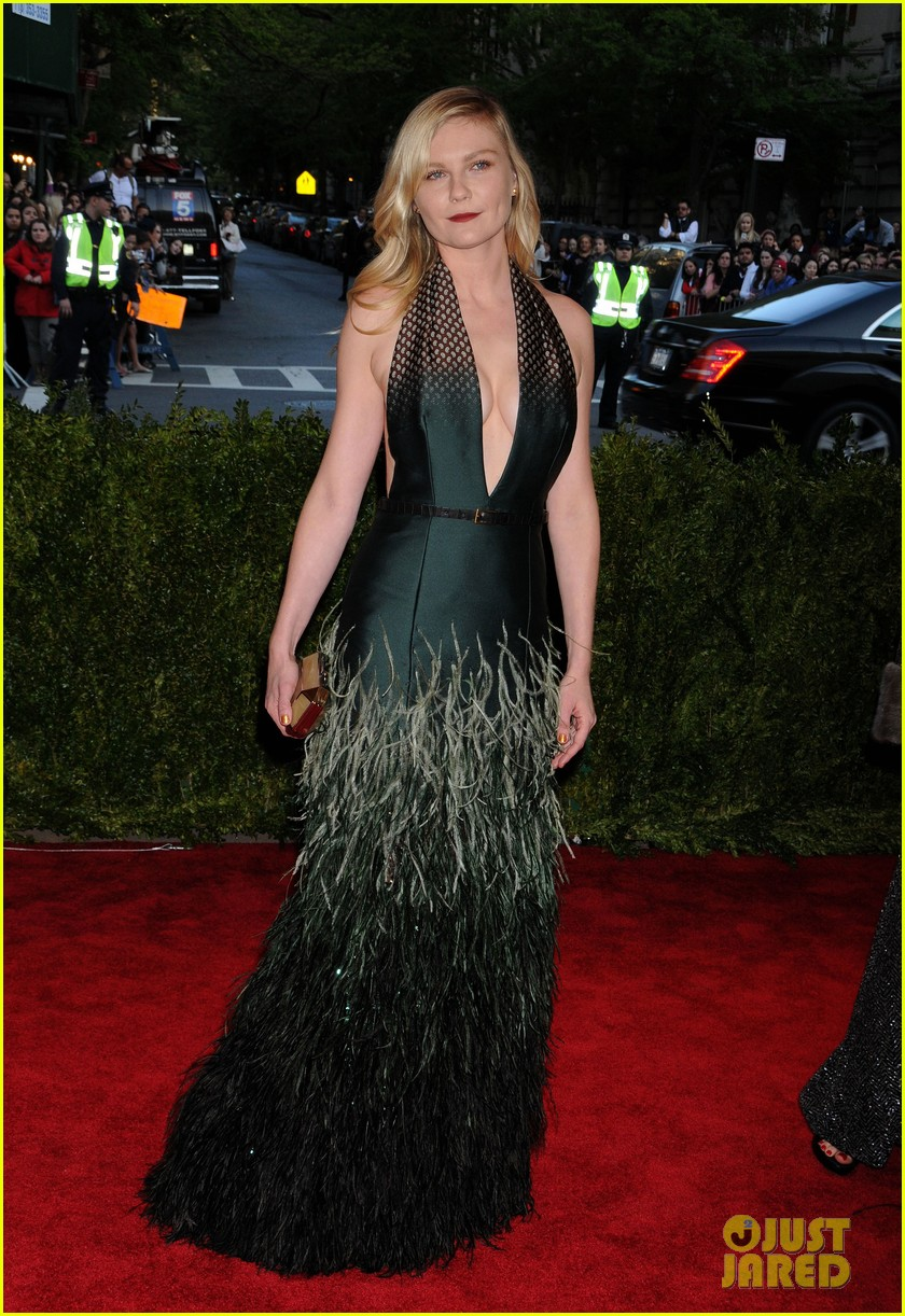 kirsten dunst met ball 2013 red carpet 02