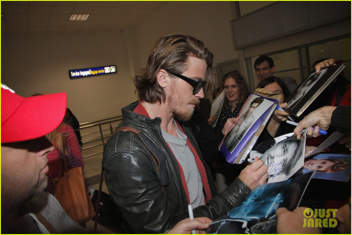 kirsten dunst garrett hedlund touch down for cannes 062873301