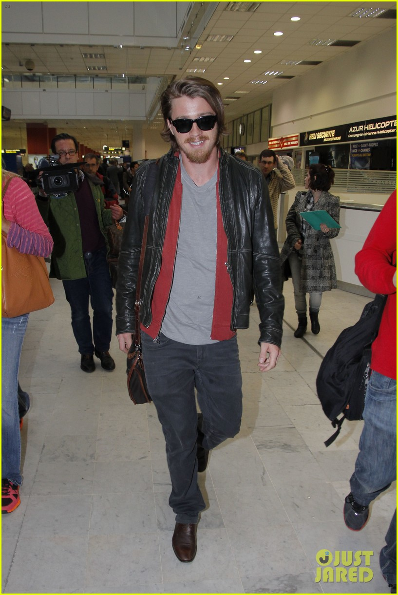 kirsten dunst garrett hedlund touch down for cannes 10