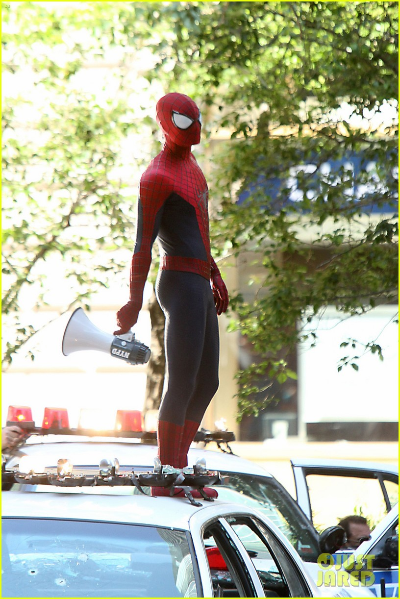 andrew garfield films spider man 2 emma stone watches dog 01