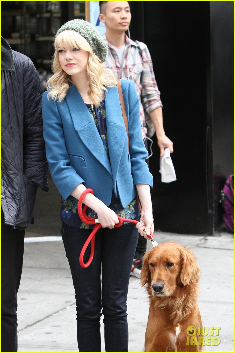 andrew garfield films spider man 2 emma stone watches dog 08