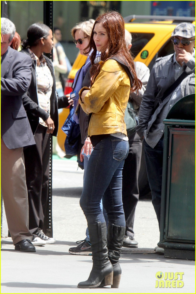 megan fox alan ritchson hold hands on ninja turtles set 09