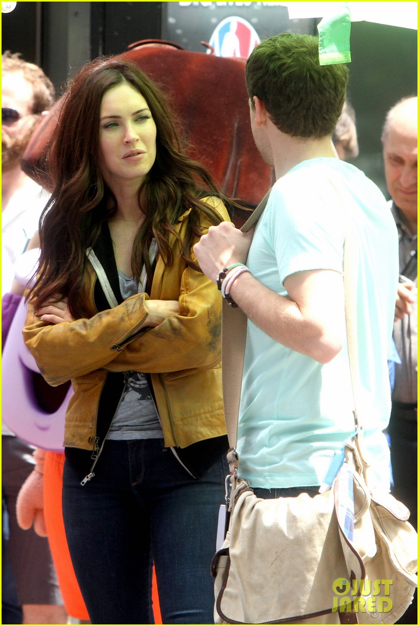 megan fox alan ritchson hold hands on ninja turtles set 122874914