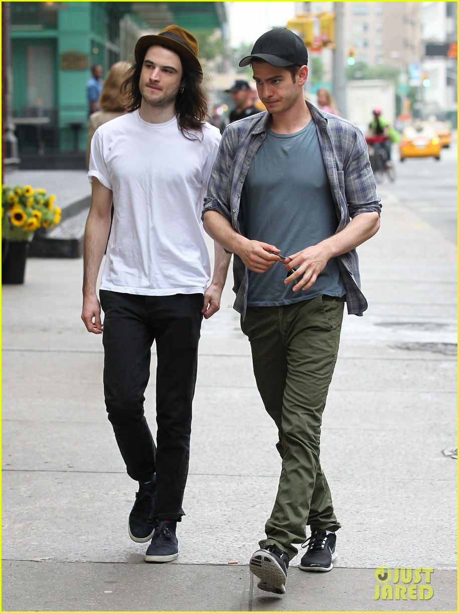 andrew garfield tom sturridge manhattan dog walkers 03