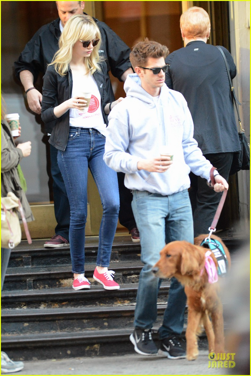 andrew garfield emma stone holding hands at eif revlon run walk 03