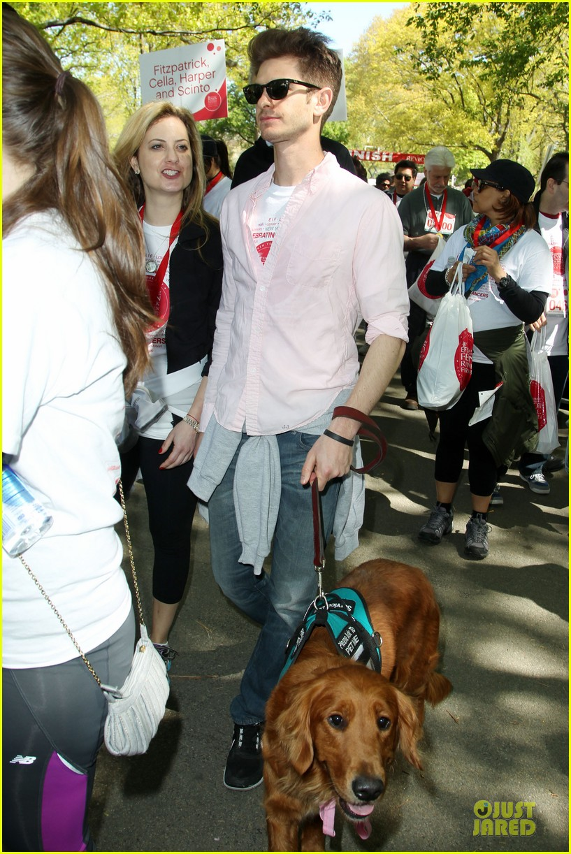andrew garfield emma stone holding hands at eif revlon run walk 06