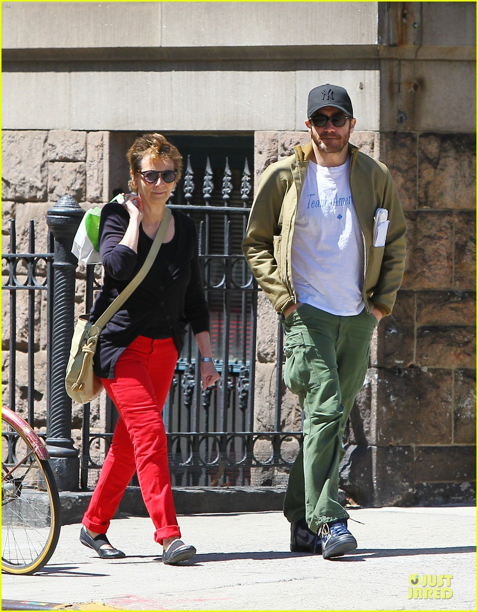 jake gyllenhaal soho stroll with mom naomi foner 01