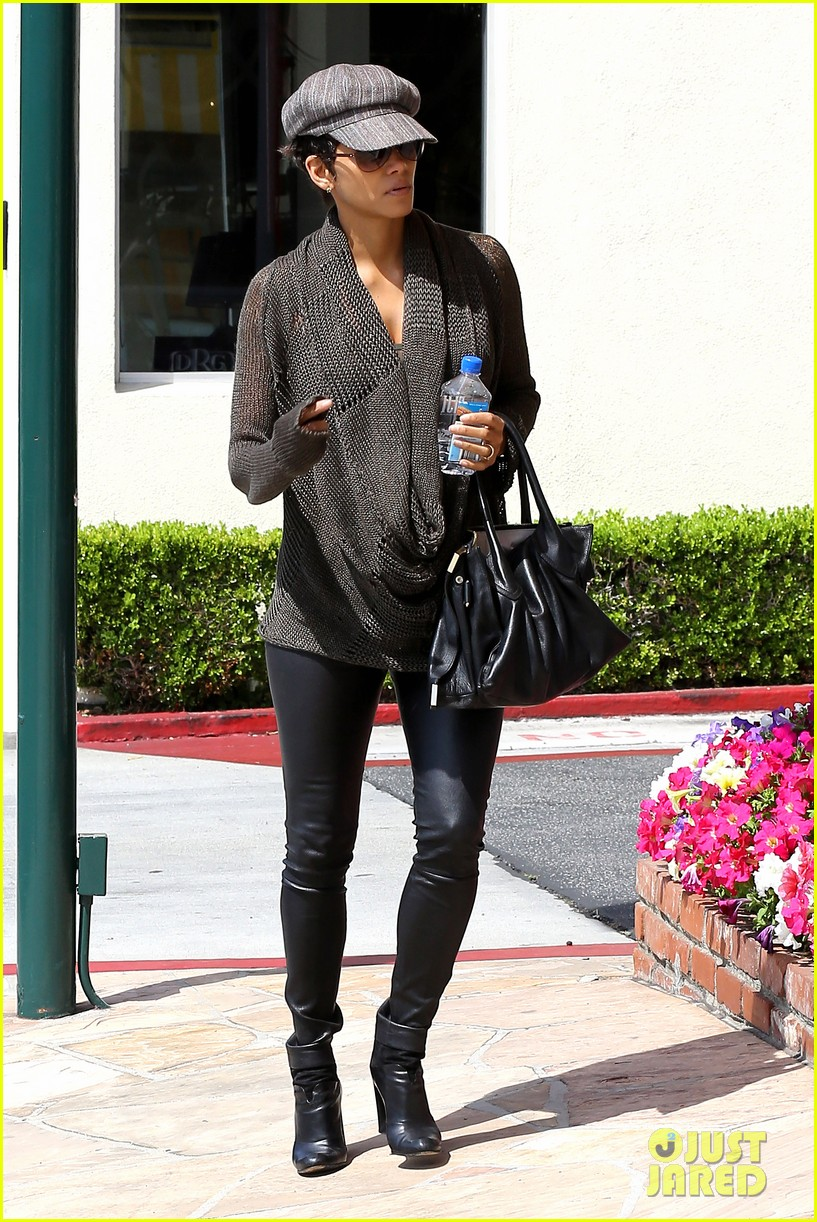 halle berry rocks leather pants while shopping 15