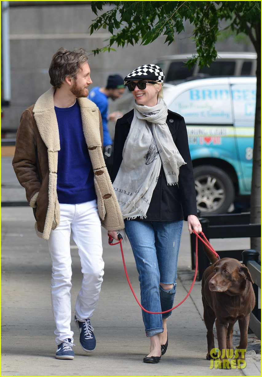 anne hathaway adam shulman dog walkin kisses 01