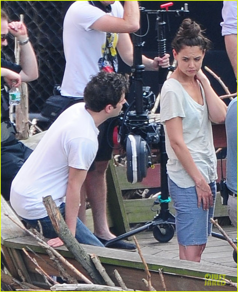 katie holmes luke kirby t shirt costars on mania days set 09