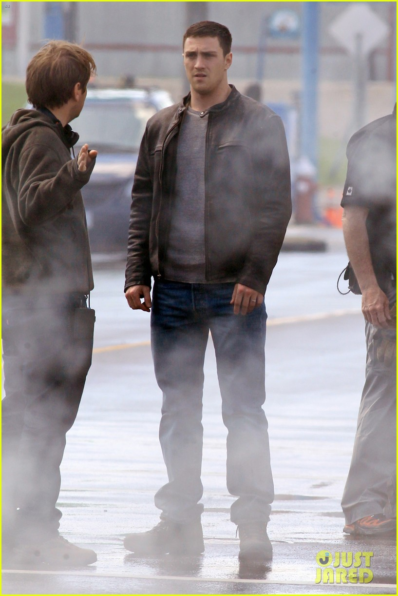 aaron taylor johnson rips crotch in jeans on godzilla set 012871268
