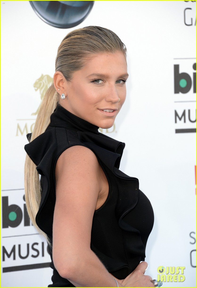 kesha waist high slit in dress at billboard music awards 2013 08
