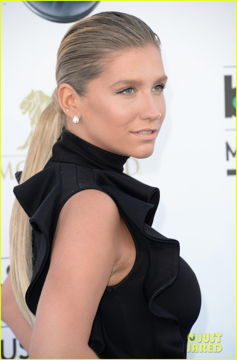kesha waist high slit in dress at billboard music awards 2013 09