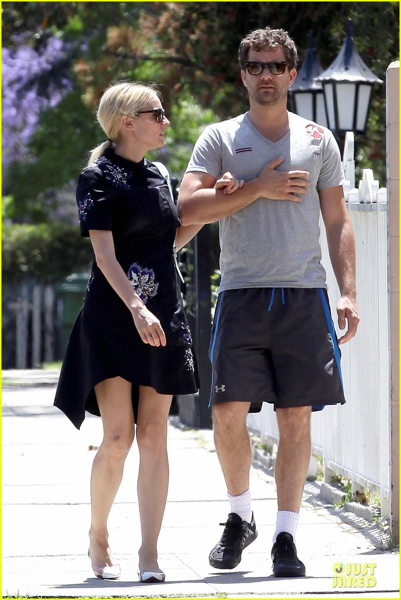 diane kruger hold hands after lunch 042874104