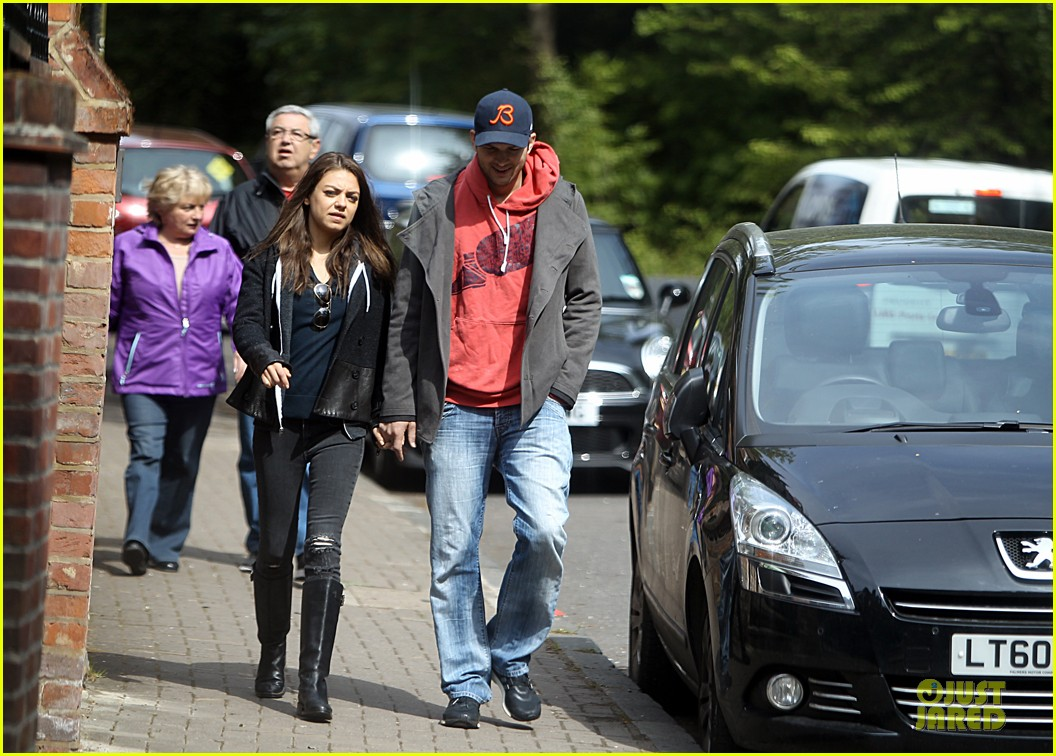 mila kunis ashton kutcher london coffee with the parents 06