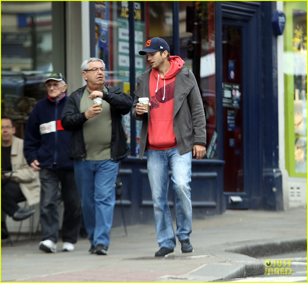 mila kunis ashton kutcher london coffee with the parents 19