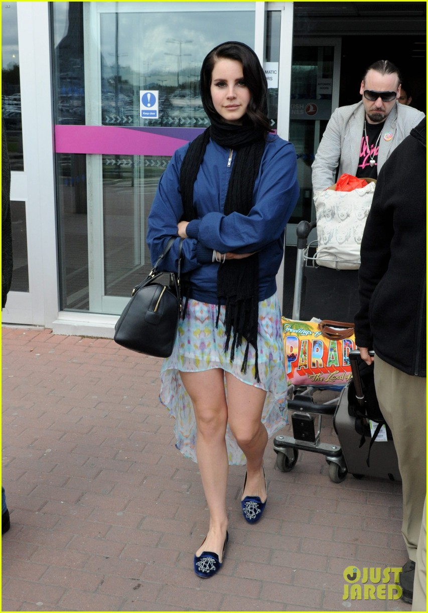 lana del rey scotland arrival with boyfriend barrie james oneill 012873419