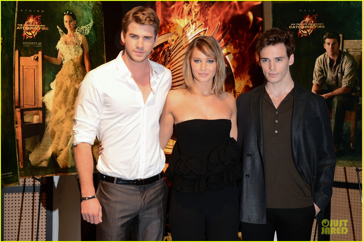 jennifer lawrence liam hemsworth catching fire cannes photo call 122872735