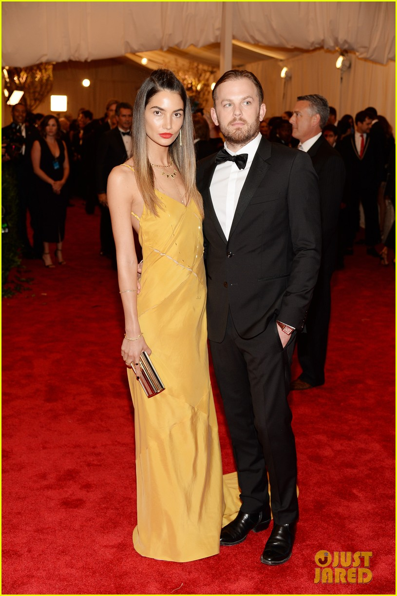 lily aldridge caleb followill met ball 2013 red carpet 04