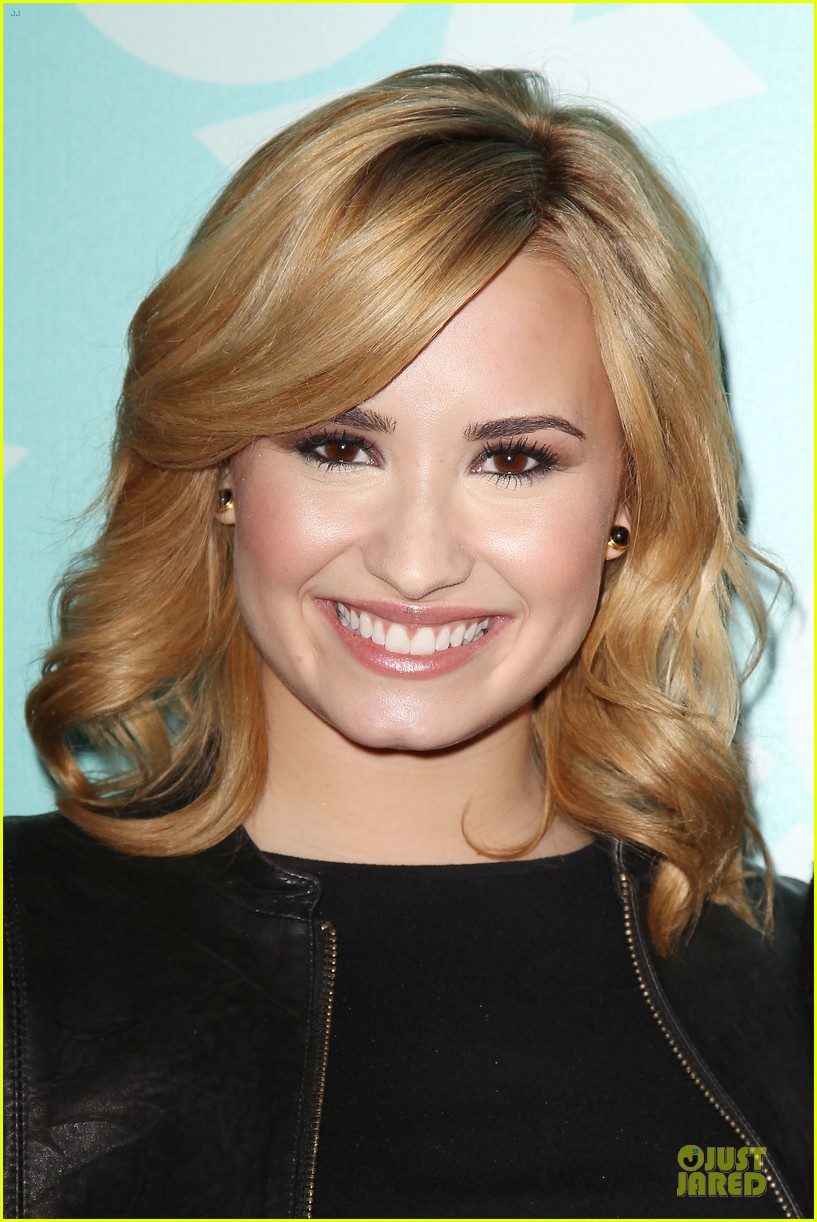 demi lovato fox upfront presentation with simon cowell 09