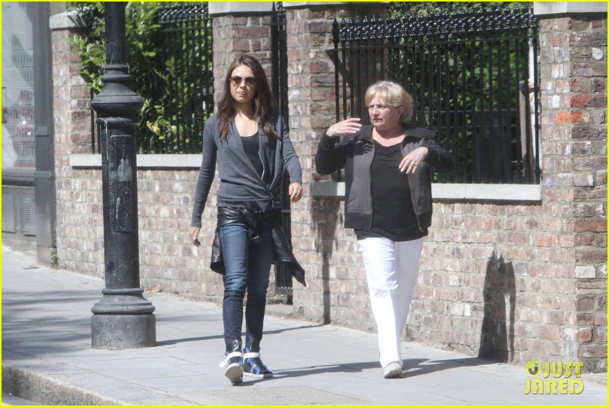 mila kunis takes a london stroll with her parents 112878617