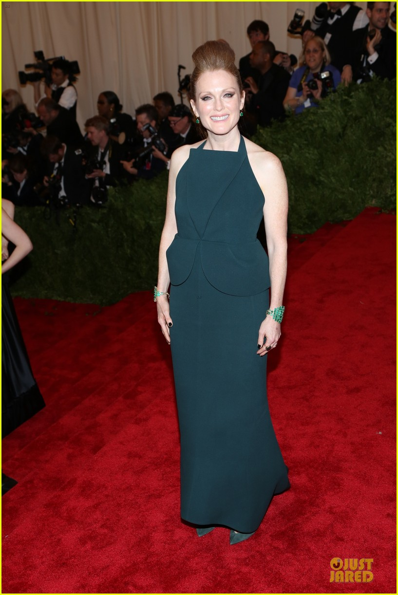 julianne moore met ball 2013 red carpet 02