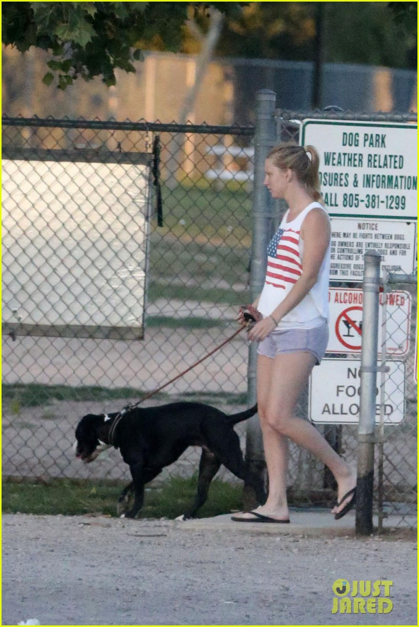pregnant heather morris baby bump dog walk 04