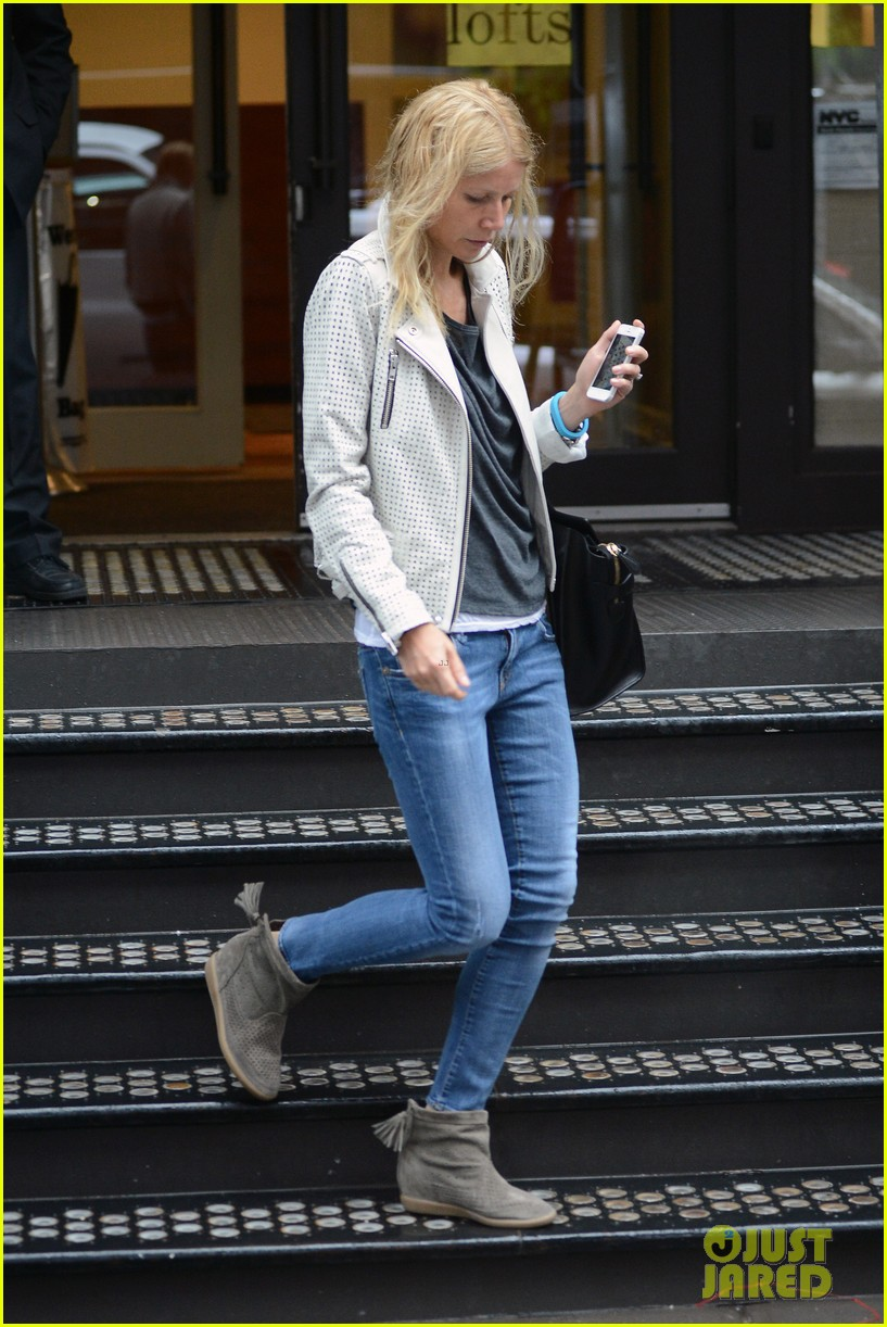 gwyneth paltrow gets caught in rain en route to photo shoot 15