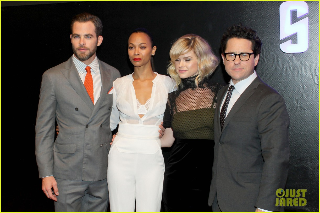 chris pine zoe saldana star trek in mexico city 06
