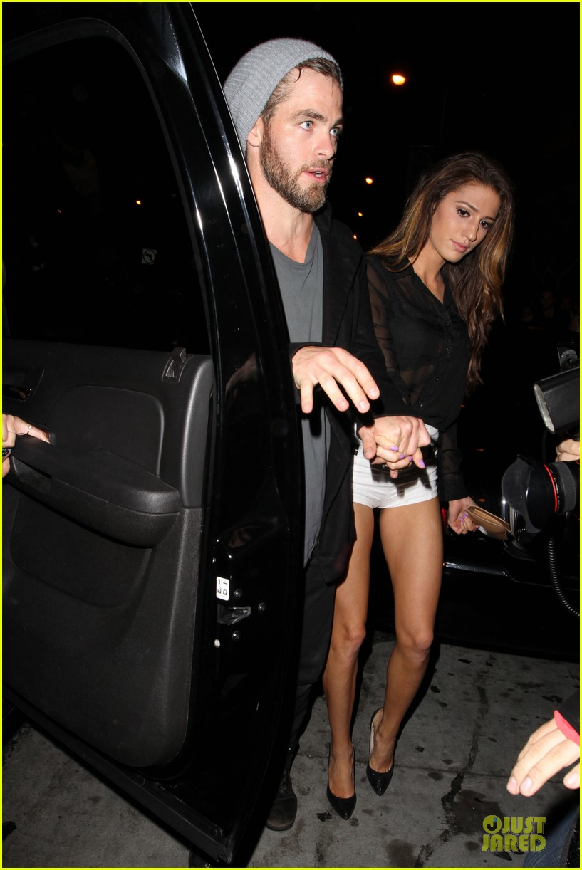 chris pine hold hands with mystery gal at bootsy bellows 03