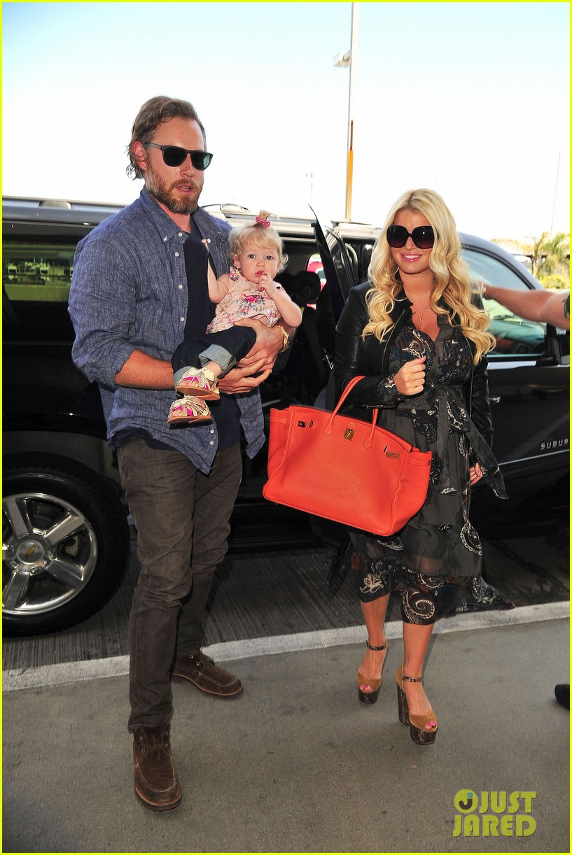 jessica simpson eric johnson family flight with maxwell 03