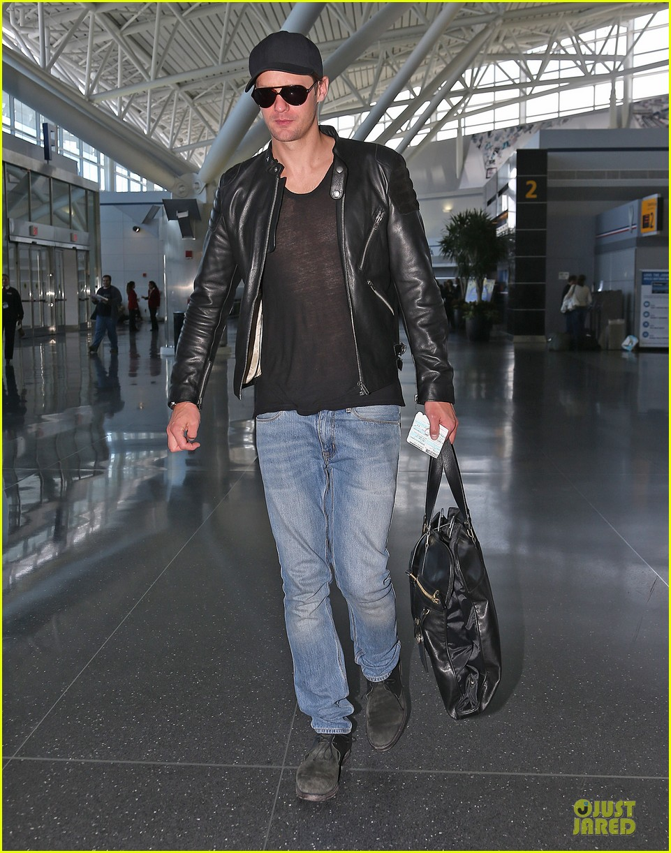 alexander skarsgard jfk airport departure after met ball 03