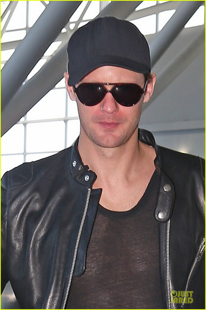 alexander skarsgard jfk airport departure after met ball 04