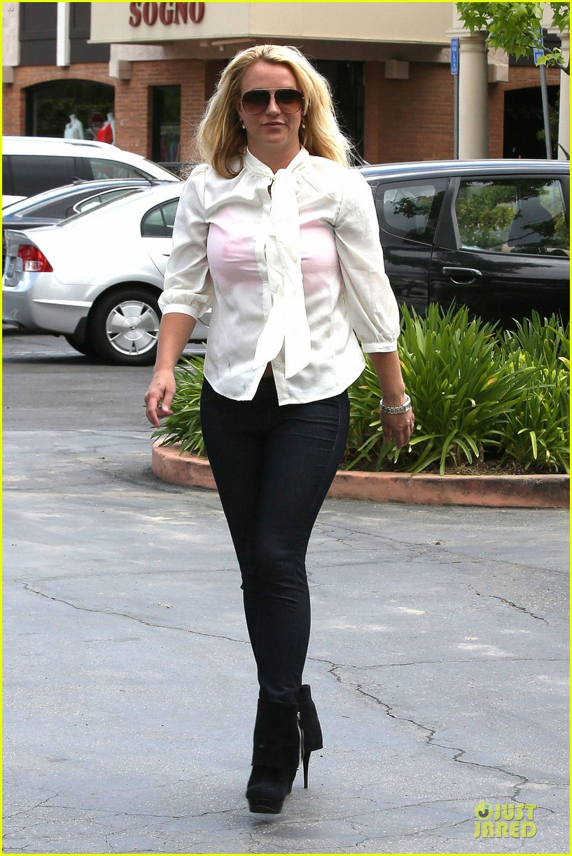 britney spears pink bra at coffee bean 19