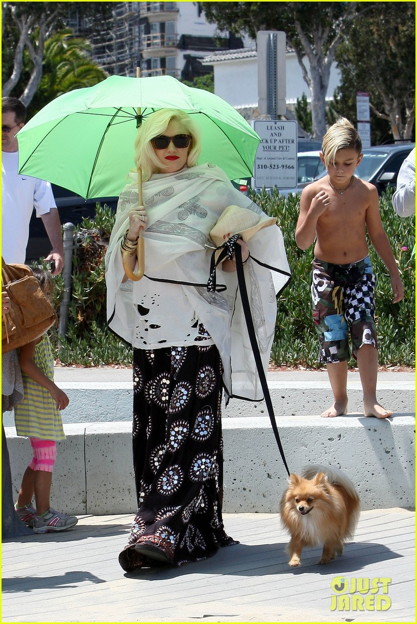 gwen stefani spends beach day with kingston zuma 08