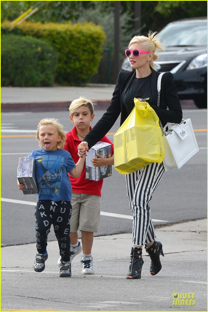 gwen stefani los angeles zoo bonding with zuma 192868841