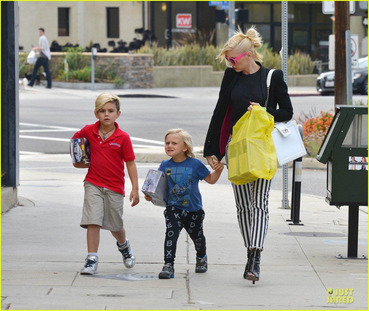 gwen stefani los angeles zoo bonding with zuma 22
