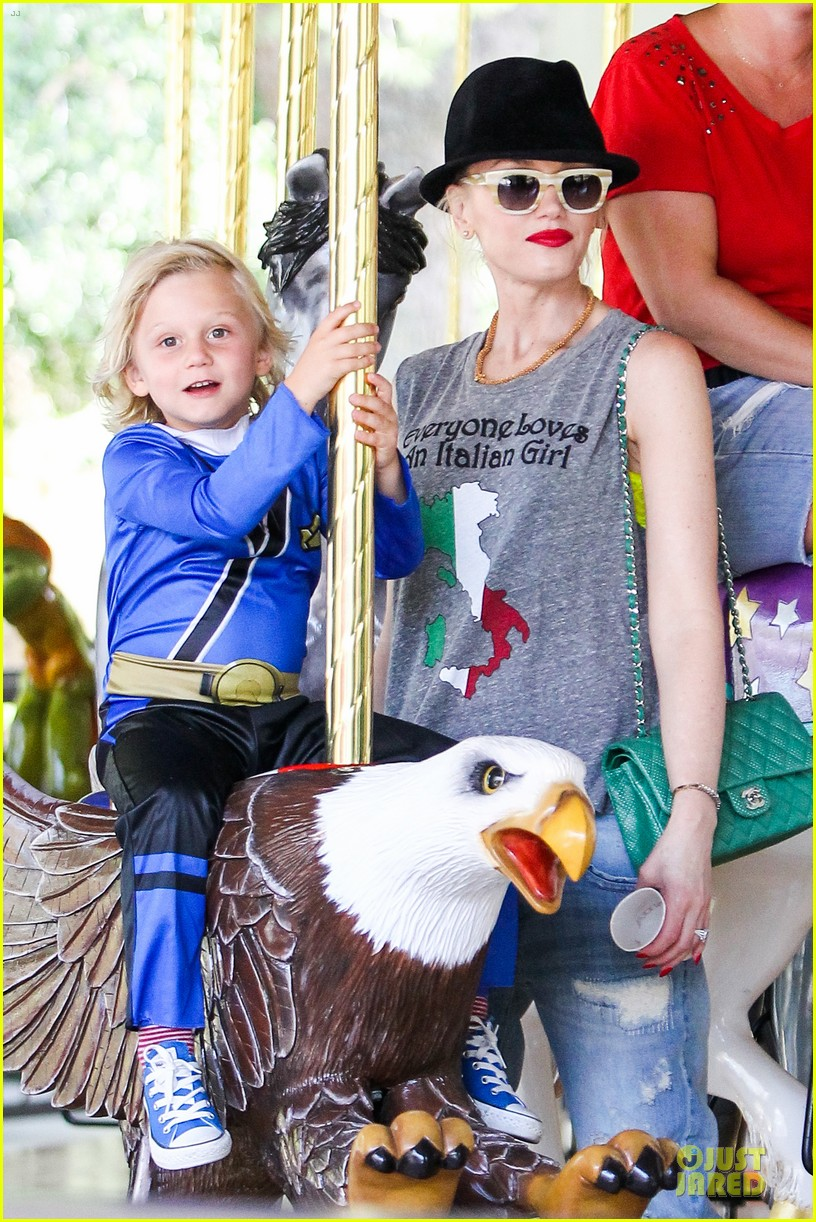 gwen stefani los angeles zoo bonding with zuma 28