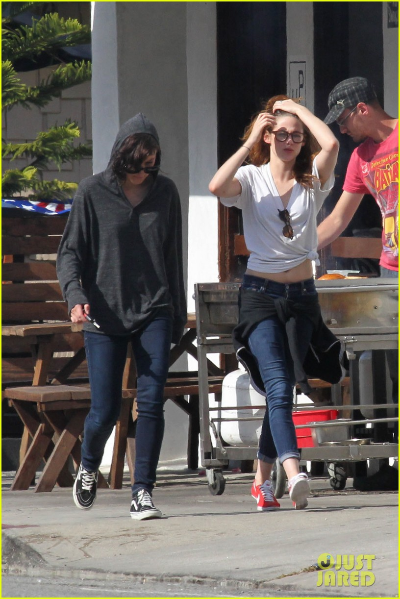 kristen stewart lunches in la with pals 082879512