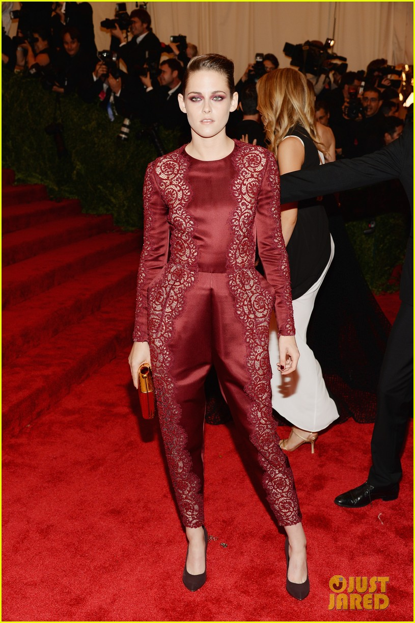 kristen stewart met ball 2013 red carpet 01